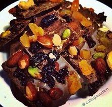 niedzielny grzeszek  - ulubione suszone owoce - orzechy - migdały  - ciemna czekolada - (min 70%)  Zalewamy rozpuszczona czekolada i wkładamy do lodówki  Co Ty na to?