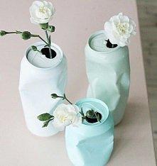 Nie pomyślałabym, że taką puszkę można by było wykorzystać jako wazon na kwia...