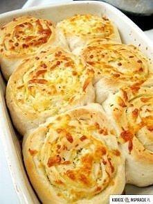 Bułeczki ziołowo-czosnkowe - Składniki na 16 niewielkich bułeczek: 225ml letniego mleka 15g świeżych drożdży 2 łyżeczki drobnego cukru 2 łyżeczki soli 450g mąki pszennej chlebow...