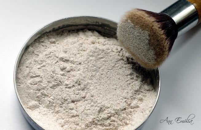 Najprostszy domowy puder matujący, który przy okazji działa antybakteryjnie:)   Skrobia kukurydziana (może być też ziemniaczana) + cynamon (antybakteryjny).   Najprostsze rozwiązania są najlepsze:)
