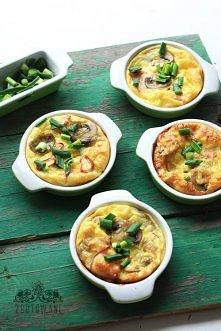 Składniki dla dwóch osób lub jednego żarłoka :) : 4 duże jajka 60 ml mleka 6 dużych pieczarek łyżka pokrojonej cebuli 2 garście kukurydzy 4 plasterki szynki 2 garście startego ż...