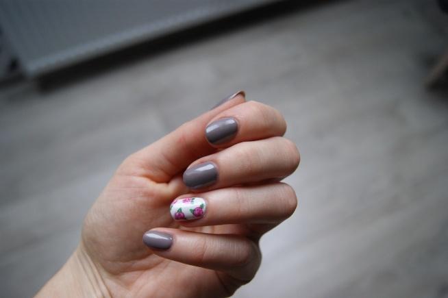 Semilac Grey 017 i różyczki malowane farbami akrylowymi