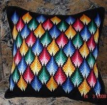 poduszka zdobiona haftem florenckim