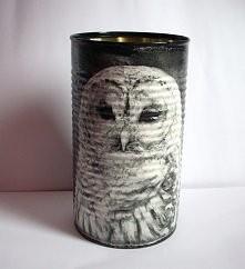 Puszka przemalowana na czarny kolor z motywem sowy z dodatkowymi cieniami, ozdobiona metodą decoupage. Kilkukrotnie zabezpieczona akrylowym lakierem.