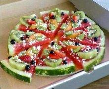 Pizza z arbuza z kiwi, truskawkami, brzoskwinią, borówkami i wiórkami kokosa. ♥