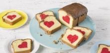 Ciasto z ukrytym sercem - składniki 2 x 200 g margaryny do pieczenia Kasia 2 x 200 g cukru 2 x 4 jajka 2 x 300 g mąki pszennej uniwersalnej 2 x 100 ml mleka czerwony barwnik spo...