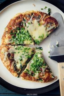 TORTILLA HISZPAŃSKA Składniki (1-2 porcje): 3 nieduże ziemniaki, wcześniej obrane i ugotowane 2 łyżki + 1 łyżeczka oliwy lub masła 1/4 małej cebuli, pokrojonej w kosteczkę 3 jaj...