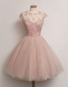 pudrowo-rozowa sukienka