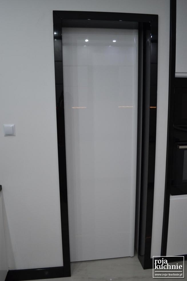 Drzwi przesuwne wraz z ościeżnicą wykonane z płyty MDF polakierowane na wysoki połysk.  Świetne rozwiązanie, gdy w kuchni brakuje miejsca na tradycyjne drzwi.  roja-kuchnie.pl