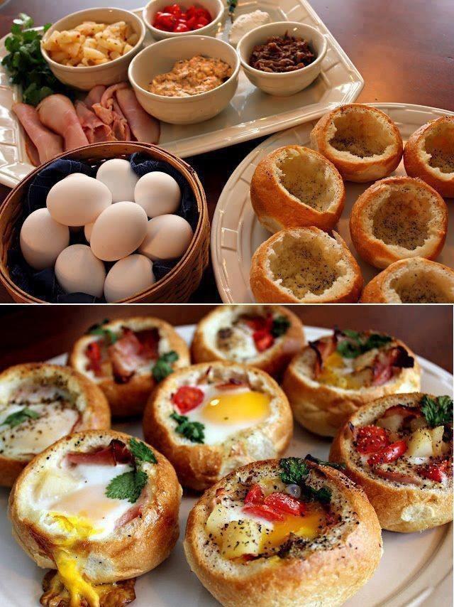 Zapiekane bułeczki z jajkami Przygotujcie bułeczki i jajka w takiej samej ilości Odetnijcie górną część bułki (dość płytko), wydrążcie środek bułki aby zrobić miejsce dla jaja. Włóżcie do środka masło, starty ser, wędlinę, wbijcie jajo. Posypcie solą, pieprzem i świeżymi ziołami. Zapiekajcie ok 15-20 min w piekarniku w temperaturze 180st. Podawajcie od chwili (piekielnie gorące).