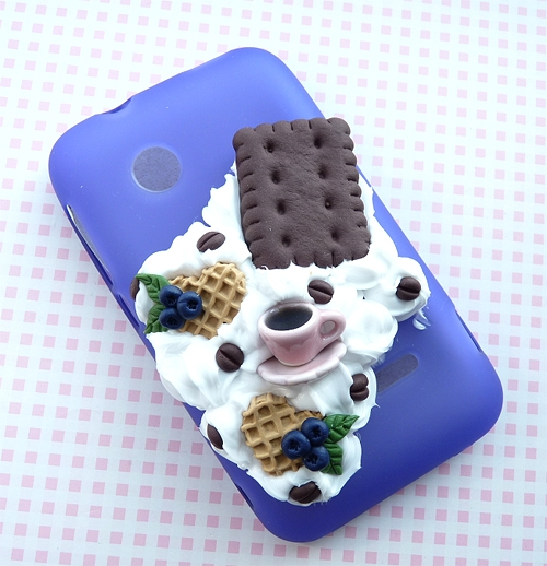 Słodka obudowa na telefon z bitą śmietaną, filiżanką kawy, herbatnikiem i goframi:)