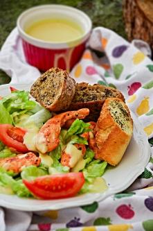 Sałatka z kurczakiem, pomidorami, grzankami i sosem musztardowo- miodowym.
