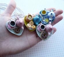 Naszyjniki z miniaturową ce...