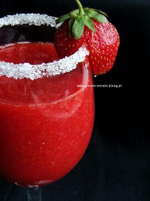 Calineczka SKŁADNIKI: -truskawki -czysta wódka -Sprite SPOSÓB PRZYGOTOWANIA: Do pojemnika blendera wkładamy umyte, oczyszczone owoce. Zalewamy Spritem, tak aby owoce były przykryte. Miksujemy. Następnie dolewamy alkohol i jeszcze raz miksujemy. Alkoholu powinno być kieliszek na szklankę.