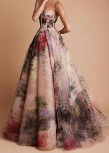 Prześliczna sukienka, elegancka ale zarazem bardzo dziewczęca. Długość maxi, cudo....