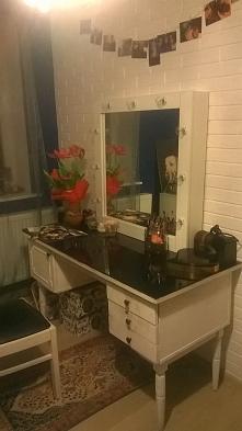 DIY odmalowane stare biurko i własnoręcznie zrobione lustro hoolywoodzkie