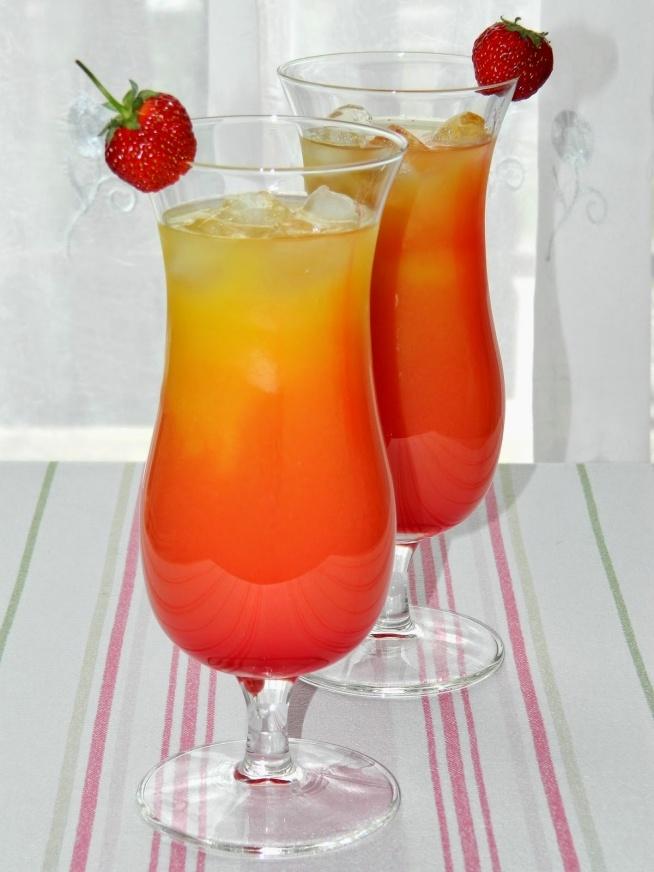 Tequila sunrise Składniki (1 drink): 120 ml soku pomarańczowego 60 ml tequili 30 ml syropu grenadine kostki lodu Do szklanki wypełnionej kostkami lodu (5-6 kostek) wlewamy sok pomarańczowy i tequilę (można wcześniej wymieszać składniki w shakerze). Następnie delikatnie i powoli po kostkach lodu, które wypłyną na powierzchnię, wlewamy syrop grenadine. Gotowe! Drinka dekorujemy owocami (truskawkami, plasterkami pomarańczy, ananasa, wisienkami).