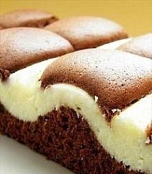 Ciasto z serem Składniki na blachę 28 x 40 cm: Ciasto 5 jajek 220 g mąki 180 g cukru 1 łyżeczka proszku do pieczenia 125 ml oleju 4 łyżeczki cacao 125 ml wody Masa serowa 500 g ...