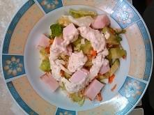 Poranne śniadanie: sałatka z warzywami, kurczakiem i sosem z misztardy z jogurtem naturalnym.