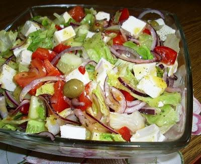 Składniki: • 3 duże dojrzałe pomidory • 2 ogórki • czerwona cebula • 1 duża papryka czerwona • zielone oliwki • ½ główki sałaty lodowej • ser feta • winegret Sposób przygotowania: 1. Pomidory umyć, sparzyć i obrać ze skóry. Pokroić w spore kawałki. 2. Ogórki obrać, pokroić w dużą kostkę. 3. Paprykę oczyścić, pokroić w kawałki, dodać do warzyw. 4. Cebulę obrać, przekroić na pół, pokroić w cienkie talarki. 5. Sałatę porwać na drobne kawałki, dodać do warzyw. 6. Dosypać oliwki oraz fetę pokrojoną w dużą kostkę. 7. Całość polać sosem winegret. kuchniaaleex.blogspot.pl