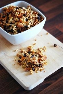 Dietetyczne crunchy, mniam <3 Składniki: - płatki owsiane, - garść migdałów, - wiórki kokosowe, - pestki słonecznika, - możecie dodać to co lubicie, np.: orzechy, żurawinę, r...