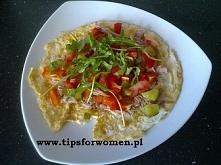 Dietetyczna pizza (omlet) <3 Składniki: - 1 żółtko, - 4 białka, - przyprawy według gustu na składniki, - dodatki według uznania, np.: tuńczyk, papryka, ogórek, pomidor, rukol...