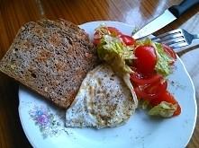 moje śniadanko... Jajko sadzone, grzanka, z sałatką z sałaty i pomidorków. Uwielbiam.