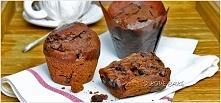 SKŁADNIKI: ILOŚĆ: ok. 6 dużych muffinek lub 12 małych 2 1/4 szklanki mąki tortowej 1 łyżeczka proszku do pieczenia 1/2 szklanki kakao 1 szklanka cukru 3/4 szklanki kropelek z go...