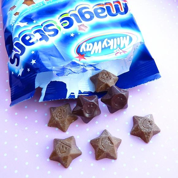 Moje ulubione czekoladki MilkyWay Magic Stars, a pomiędzy nimi kolczyki sztyfty z tymi właśnie czekoladkami z masy FIMO mojego autorstwa ;)