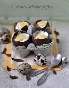 Składniki: 4 czekoladowe jajka, puste w środku, takiej wielkości co kurze 150g sera mascarpone (można użyć też sera śmietankowego lub twarogowego przeciśniętego przez praskę) 3 ...