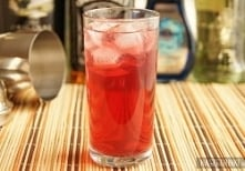 z Malibu - wódka, dzięki której drink staje się mocniejszy oraz sok żurawinowy, który barwi drink na czerwony kolor i ostatecznie wpływa na jego smak.