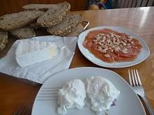 """Przepyszne śniadanie, które z pewnością postawi nas na nogi i da nam porządnego """"kopa w tyłek"""" do pracy ;) W naszym dniu zaserwowałam sobie jajka po benedyktyńsku, ser..."""