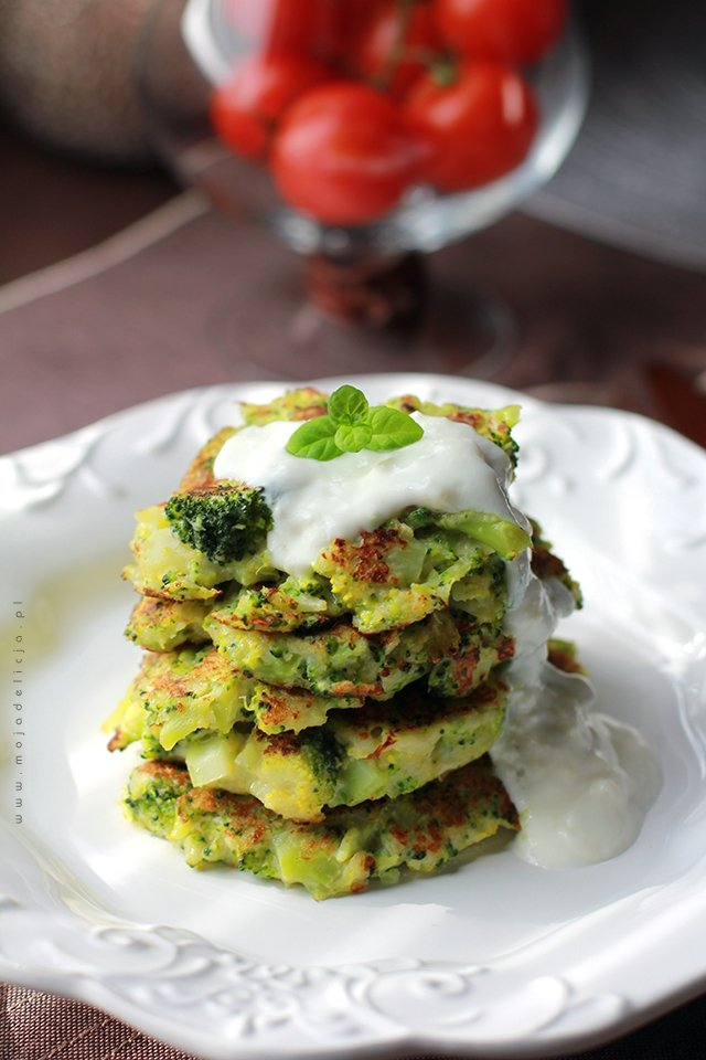 placuszki brokułowe z sosem czosnkowo-jogurtowym