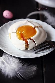 """Bezowe tartaletki wielkanocne z orange curd Z przepisu wychodzi 12-14 sztuk     Spód (""""białka"""")    składniki:  6 białek jaj kurzych o temperaturze pokojowej  szczypta..."""