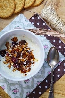 Bananowy jogurt  z musli i kokosem