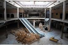 opuszczone centrum handlowe...