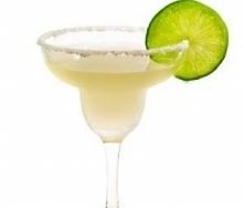 Drink Margarita  Składniki 40 ml tequili białej - wódka meksykańska 20 ml cointreau triple sec -likier francuski 20 ml soku z limonki lód kruszony lub w kostkach Do dekoracji: s...