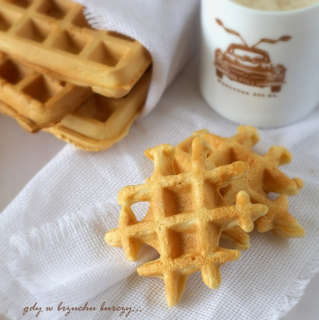 Składniki:      3 jajka     1 szklanka mleka roślinnego (można zastąpić krowim)     1  szklanka wody gazowanej     2 ¼ szklanki mąki owsianej*     ¾  szklanki mąki razowej orkiszowej (lub pszennej)     6 łyżek oleju rzepakowego     3 łyżeczka proszku do pieczenia.     cukier waniliowy   Oddzielić żółtka od białek. Wszystkie składniki prócz białek dokładnie zmiksować i odstawić na ok. pół godziny aby ciasto napęczniało. Białka ubić na sztywna pianę delikatnie wmieszać do ciasta. Gofrownicę bardzo dobrze nagrzać. Pędzelkiem posmarować wnętrze odrobiną oleju. Wylewać porcję ciasta i piec przez  5 – 7 minut w zależności od mocy gofrownicy, na złoty kolor. Gofry owsiane podawać z ulubionymi dodatkami :- )