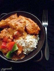 Kurczak w sosie paprykowym.  Składniki: 5 porcji 4 pojedyńcze filety z piersi...