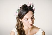 Delikatny wianek ślubny z ręcznie wykonanymi kwiatkami i listkami.   Do kupie...