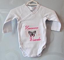 Metryczka haftowana na body niemowlęcym.