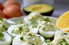 jajka z lekkim farszem z avocado, ziołami i jogurtem. Wszystkie ciężkie elementy wyeliminowane pozostawiły jajka niebińsko lekkie.  wiecej na momsfitnessheaven.com