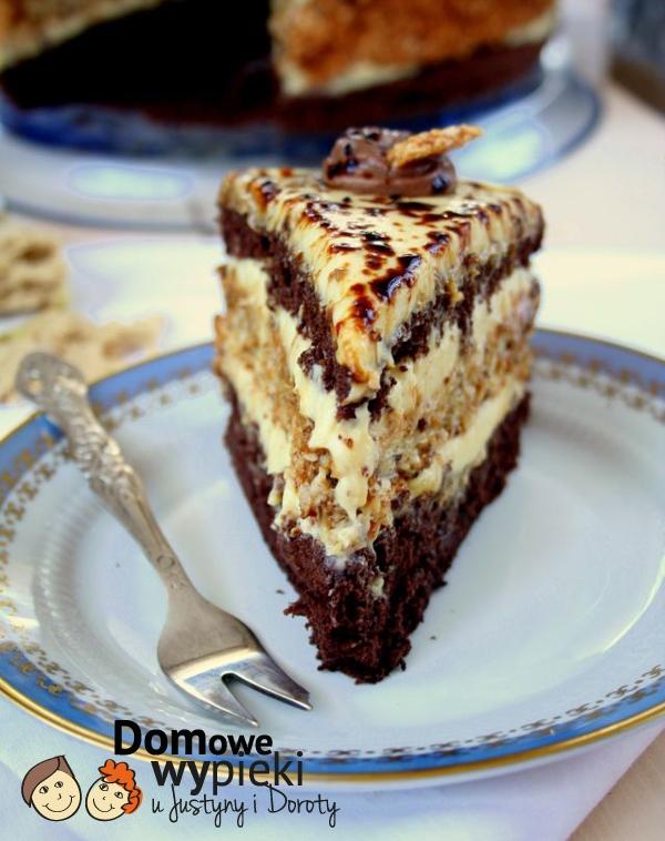 Rewelacyjne ciasto lub tort chałwowy z sezamem:  Składniki Biszkopt Kakaowy: - 5 jajek – 3/4 szklanki cukru – 2/3 szklanki mąki pszennej (tortowej) – 1/3 szklanki kakao Ciasto sezamowe: – 3 białka – ½ szklanki cukru – ½ łyżki maki ziemniaczanej – ½ łyżki mąki zwykłej – ½ łyżeczki proszku do pieczenia – 150g sypkiego sezamu Krem chałwowy: - 1/2 litra mleka – 3 łyżki mąki pszennej – 2 łyżki mąki ziemniaczanej – 1/2 szklanki drobnego cukru – 4 żółtka – 1/2 kostki masła – ok 200 g chałwy waniliowej lub orzechowej Przepis: Mąkę i kakao wymieszać, przesiać. Białka oddzielić od żółtek, ubić na sztywną pianę. Pod koniec ubijania dodawać partiami cukier, łyżka po łyżce, ubijając po każdym dodaniu. Dodawać po kolei żółtka, nadal ubijając. Do masy jajecznej wsypać suche składniki. Delikatnie wmieszać do ciasta, by składniki się połączyły. Tortownicę o średnicy 23 cm wyłożyć papierem do pieczenia (samo dno), nie smarować boków. Delikatnie przełożyć ciasto. Piec w temperaturze 160 – 170ºC przez około 35 – 40 minut lub do tzw. suchego patyczka. Gorące ciasto wyjąć z piekarnika, z wysokości około 60 cm upuścić je (w formie) na podłogę. Odstawić do uchylonego piekarnika do wystudzenia. Wystudzony, przekroić na 2 blaty. Uwaga :boki biszkoptu oddzielamy nożykiem od formy dopiero po jego wystudzeniu. Ciasto sezamowe: białka ubić na sztywną pianę dodając stopniowo cukier. Kiedy piana będzie już dobrze ubita, dodać resztę składników. Tortownicę wyłożyć papierem do pieczenia. Piec w 180 stopniach ok. 30 minut. Krem: z podanych składników za wyjątkiem masła i chałwy przygotować budyń – zagotować połowę mleka z cukrem, w drugiej połowie rozrobić dokładnie żółtka z mąkami i wlać powoli do gotującego się mleka. Mieszać bardzo intensywnie. Gdy budyń jest gotowy odstawić go aby całkowicie wystygł. Zimny budyń połączyć z utartym na puch masłem i do tak przygotowanej masy dodawać po łyżce chałwę, nie przerywając ucierania. Kremu należy spróbować, może się bowiem okazać, że trzeba go będzie dosło