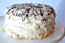 Tort bezowy z gorzką czekoladą i kremem mascarpone  Składniki:  3 BLATY BEZOWE 4 białka szczypta soli 20 dag drobnego cukru 2/3 łyżeczki mąki ziemniaczanej 2/3 łyżeczki białego...