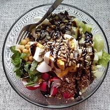 Sałatka nr 11 – sałata strzępiasta, rzodkiewka, ogórek, jajko, ciecierzyca, mozzarella, słonecznik, pestki dyni, siemię lniane, bazylia, sos balsamiczny