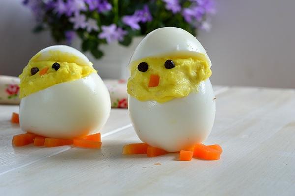 Lekki, odchudzone devilled eggs chicks. te zrobione są przez moje dzieci. Super pyszna zabawa dla całej rodziny.
