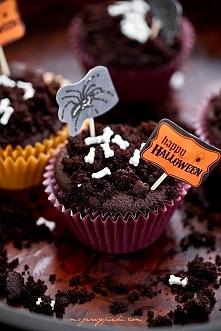 SMĘTNE BABECZKI  Składniki na około 12 babeczek:  50 g gorzkiej czekolady pół szklanki kakao 2 łyżeczki kawy rozpuszczalnej 1 szklanka mleka 2 duże jajka 1 szklanka + 2 łyżki mą...