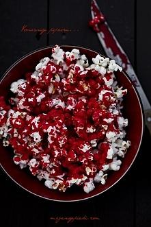 KRWAWY POPCORN  Składniki:  suszone ziarna kukurydzy olej rzepakowy pół szklanki cukru pudru 1  - 1,5 łyżki wrzącej wody czerwony barwnik spożywczy* W szerokim garnku z grubszym...