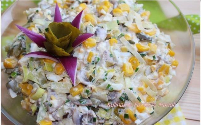 Sałatka z pieczarek  PRZEPIS:  SKŁADNIKI :  500 g jasnych pieczarek (krojone dostępne w Lidlu) + 1 łyżka soku z cytryny do gotowania 5 jajek ugotowanych na twardo,pokrojonych w kostkę 5 ogórków konserwowych pokrojonych w kostkę(odciśniętych z soku) 1 puszka kukurydzy 1 por,biała część  1 pęczek drobnego szczypiorku 2-3 łyżki majonezu sól,pieprz do smaku PRZYGOTOWANIE :   Pieczarki myjemy,ścieramy na szatkownicy w plasterki (ja kupiłam już pokrojone w Lidlu),przekładamy je do garnka,zalewamy wodą z odrobiną soli i sokiem z cytryny.Gotujemy 5-10 minut.Odcedzamy i płuczemy,następnie dobrze odciskamy pieczarki.Por białą część przecinamy wzdłuż,parzymy go 1 minutę w wrzątku (można wrzucić go do wody po pieczarkach),następnie dobrze por wyciskamy i kroimy w plasterki. Do dużej miski wsypujemy odcedzoną i odciśniętą kukurydzę,dodajemy pokrojone ogórki,pieczarki,jajko,por i posiekany szczypiorek.Sałatkę doprawiamy sola i pieprzem,dokładamy majonez,dokładnie mieszamy. Sałatka pieczarkowa nie będzie podchodziła wodą jeżeli składniki będą dobrze wyciśnięte.Przechowujemy ją w lodówce.Smacznego.