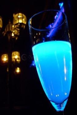 BLUE MOON Special :-) Składniki: - szampan, – 20 ml Ginu, – 20 ml niebieskiego Curacao – skórka z cytryny – kilka kostek lodu. Przygotowanie: Do shakera wrzucić kilka kostek lodu. Wlać gin i Curacao, dobrze wstrząsnąć i przelać do szampanki. Włożyć kostkę lodu i dopełnić szampanem. Lekko wycisnąć skórkę cytrynową, można wrzucić ją do koktajlu.